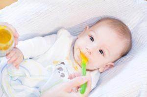 תינוק אוכל טעימות